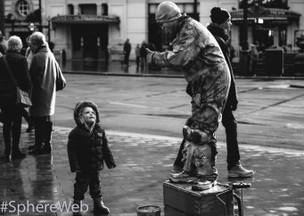 Sphère Web-artiste de rue et enfant à Londres